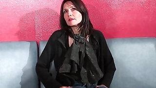 Cougar francaise sodomisee et prise en double penetration pour son casting porno - duration 41:00