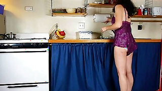 Mom goes to town on her ladybits in the kitchen - duration 12:00