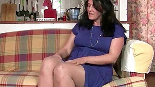 British granny works her pantyhosed old pussy - duration 12:00